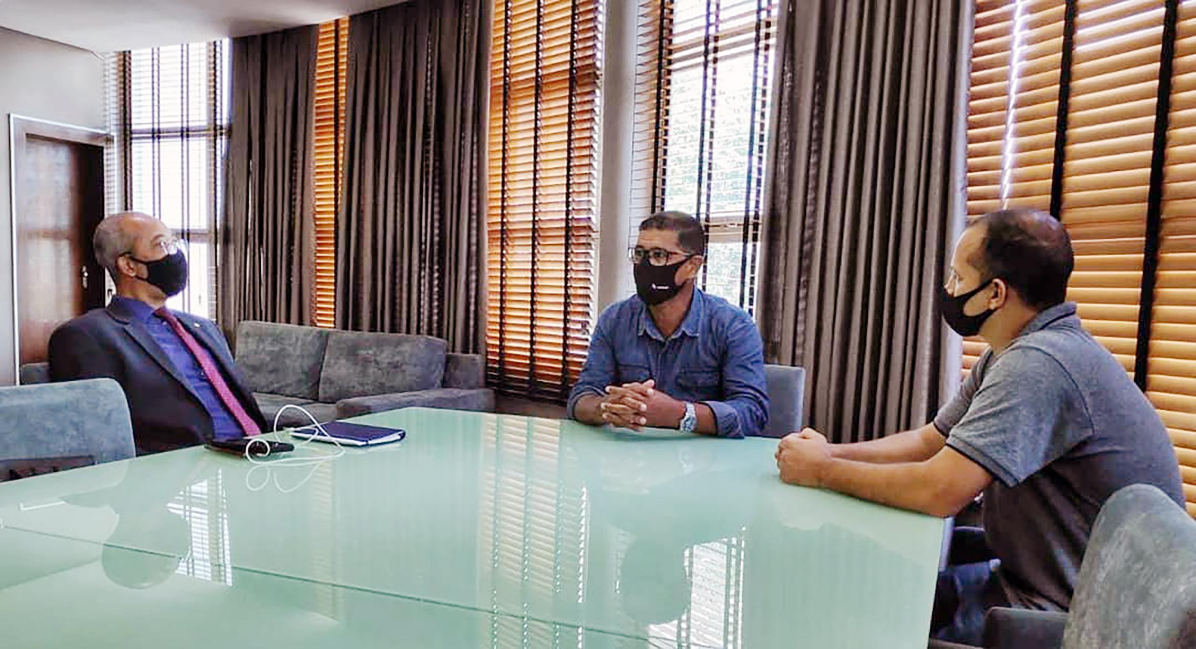 Deputado federal Léo Motta durante encontro com o prefeito Euzébio Lago com participação do vereador Dué.